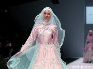 Foto: Koleksi Oki Setiana Dewi Bridal di Jakarta Fashion Week 2017