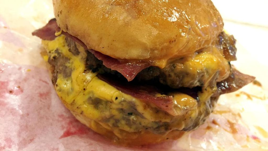 Nyamm! Puasnya Melahap Burger Smacker Berisi Dua Patty, Beef Bacon dan Lelehan Keju