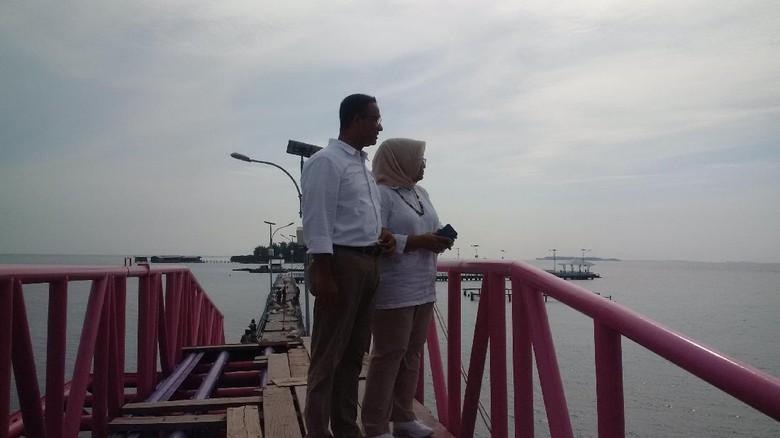 Kemesraan Anies Baswedan dan Istri di Jembatan Cinta Pulau Tidung