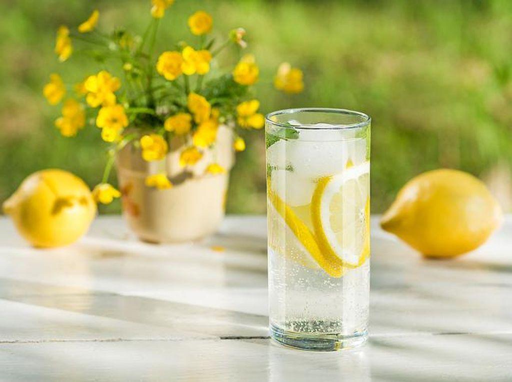 Manfaat Kesehatan Air Lemon, Mitos Vs Fakta