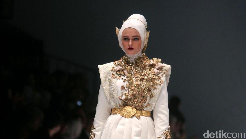 Foto: Koleksi Dian Pelangi di Jakarta Fashion Week 2017