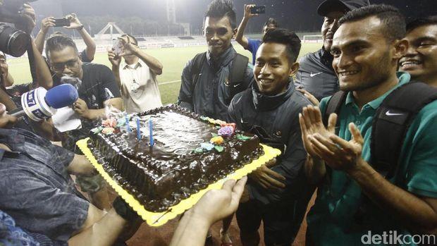 Tiga pemain Timnas Indonesia di Piala AFF 2016 menerima kejutan kue ulang tahun dari KBRI Manila usai menjalani latihan Stadion Rizal Memorial. Acara tiup lilin digelar di pinggir lapangan.