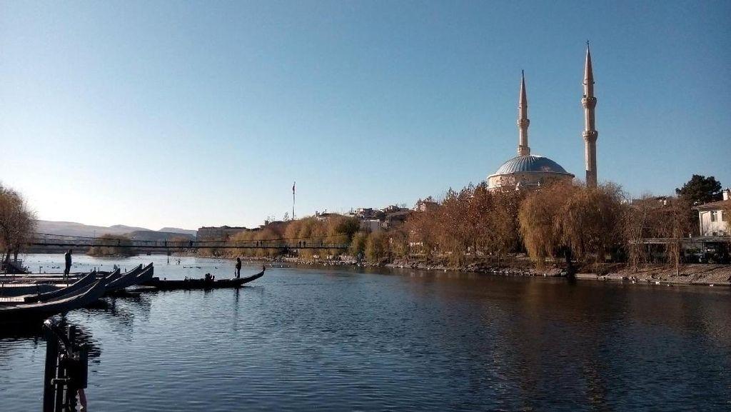 Beri Makan Angsa di Sungai Terpanjang Turki, Tak Pernah Seasyik Ini
