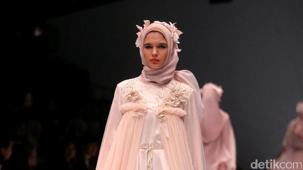 Foto: Koleksi Ria Miranda di Jakarta Fashion Week 2017