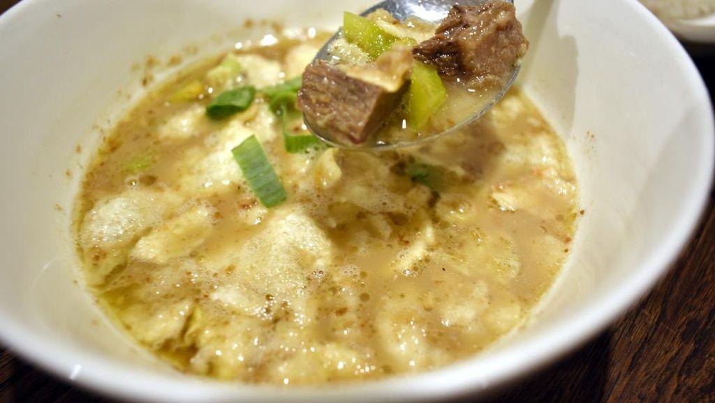Saudagar Kopi: Hangat Berempah Soto Betawi Lengkap dengan Pisang Keju dan Caramel Macchiato