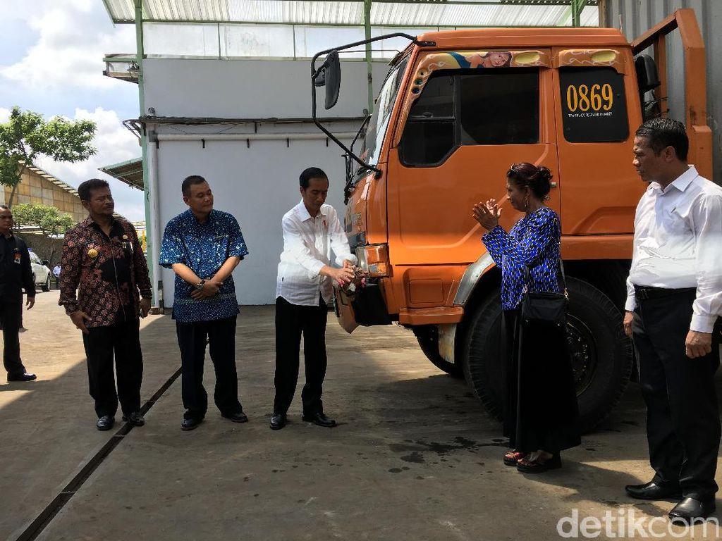 Pecahkan Kendi ke Truk, Jokowi Lepas Ekspor Kacang Mete ke Eropa