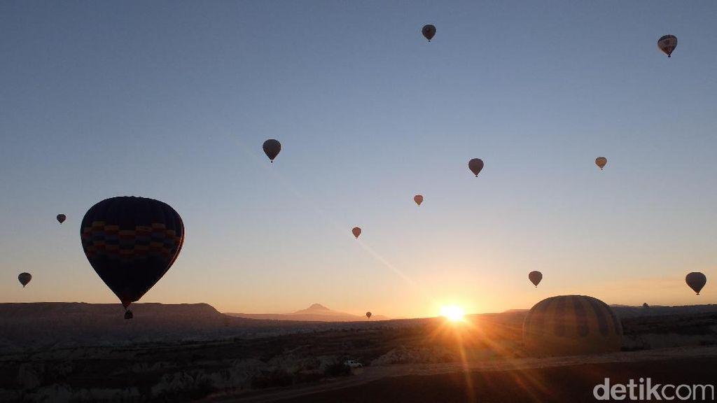 Terpesona Sunrise di Balik Pegunungan dan Balon Udara Cappadocia, Turki