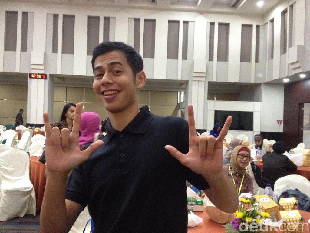 Dewi Yull Bangga Sang Putra Jadi Pembimbing Jokowi Ajarkan Bahasa Isyarat