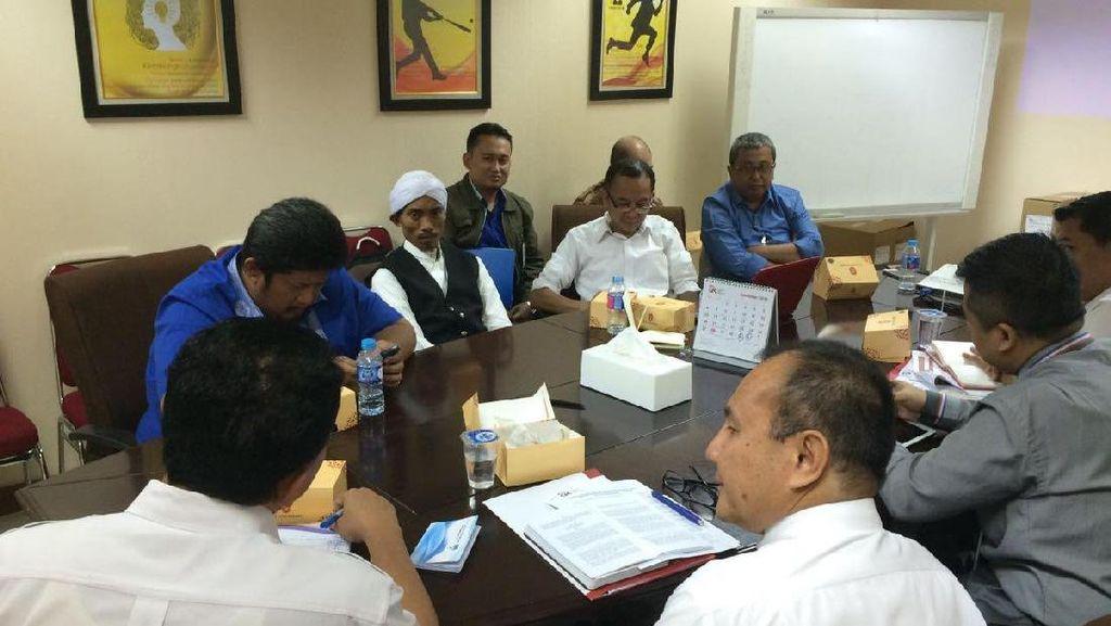 Pakai Serban, Bos Pandawa Group Datang ke Kantor OJK