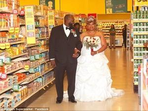 Bukan di Hotel, Uniknya Pasangan Ini Justru Pilih Menikah di Supermarket