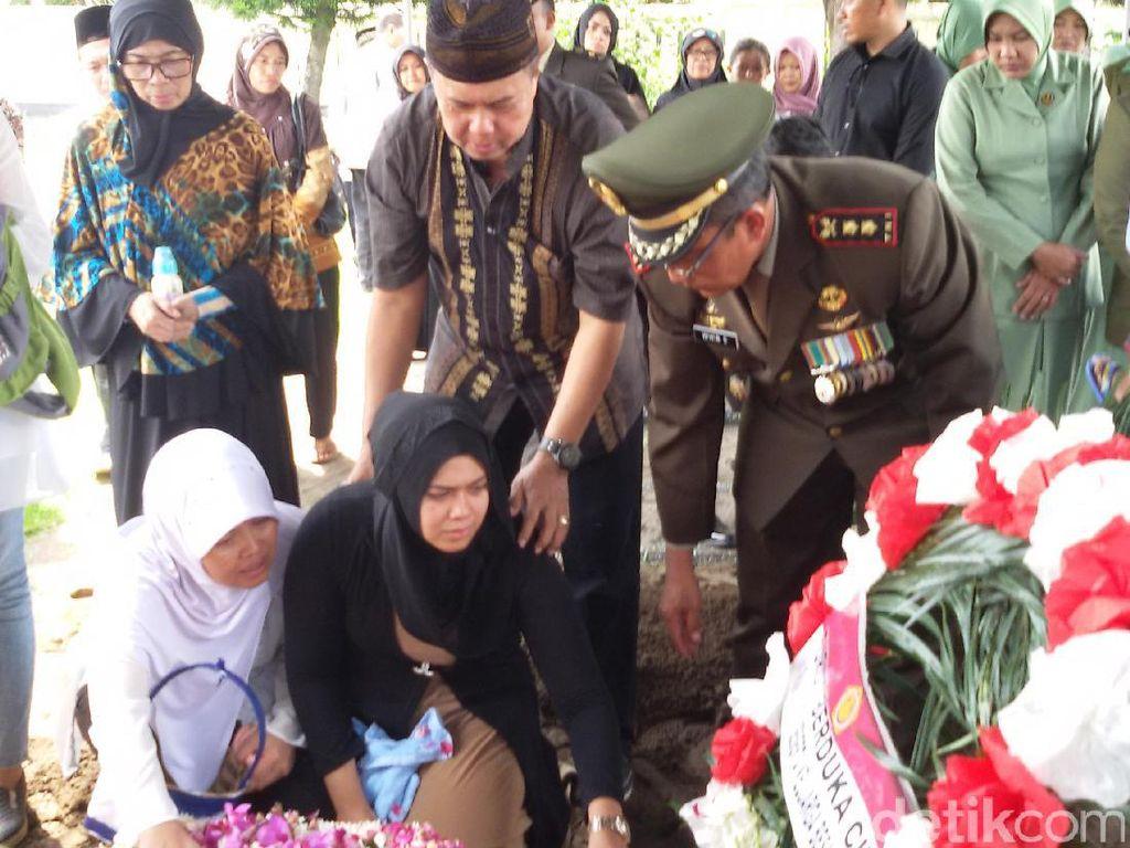 Jenazah Lettu CPN Ginas Dimakamkan dengan Upacara Militer di Yogyakarta