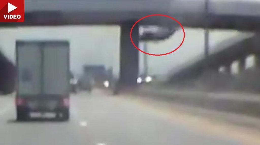 Mobil Terjun ke Jalan Tol dari Ketinggian 9 Meter