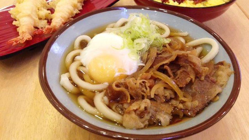 Menikmati Udon Hangat Bertopping Daging dan Donburi Udang Bumbu Pedas