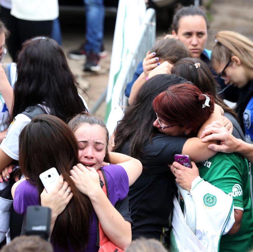 Fans Chapecoense Berkumpul dan Berdoa Bersama di Stadion