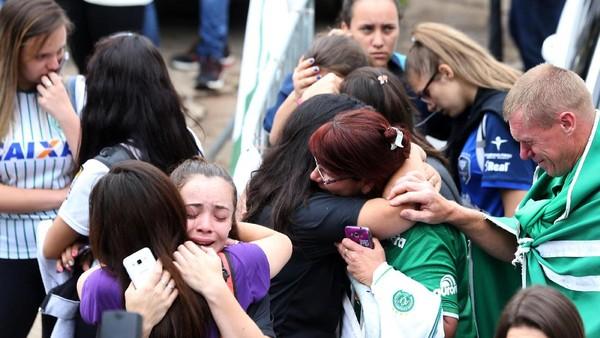 <i>Fans</i> Chapecoense Berkumpul dan Berdoa Bersama di Stadion