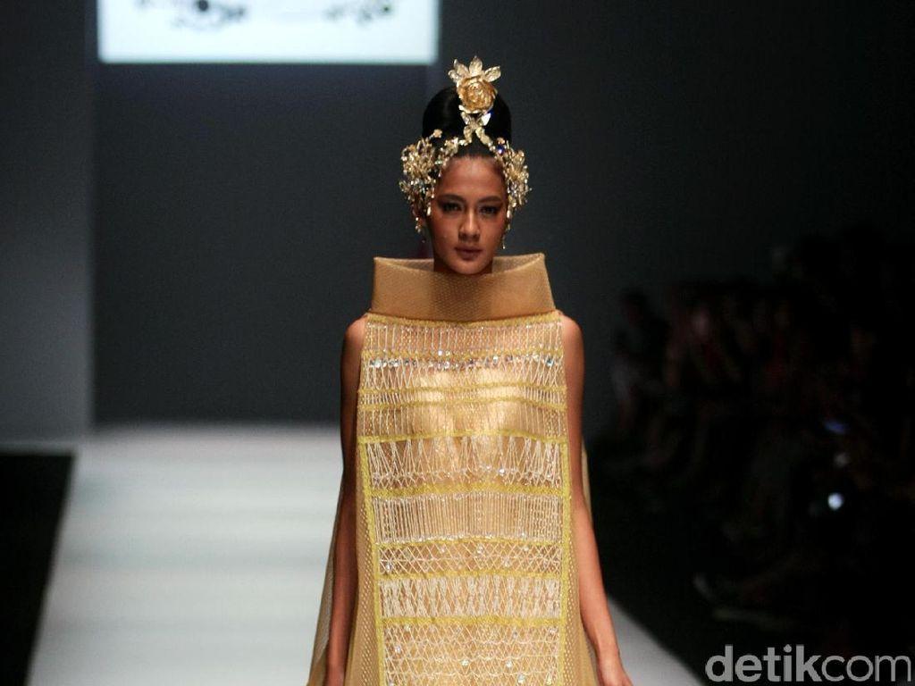 Foto: Koleksi Didi Budiardjo di Jakarta Fashion Week 2017