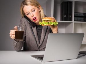 Sering Makan Siang di Meja Kantor Juga Bisa Bikin Berat Badan Naik, Ini Alasannya