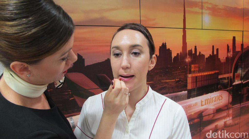 Mengintip Kelas Make Up Pramugari Emirates