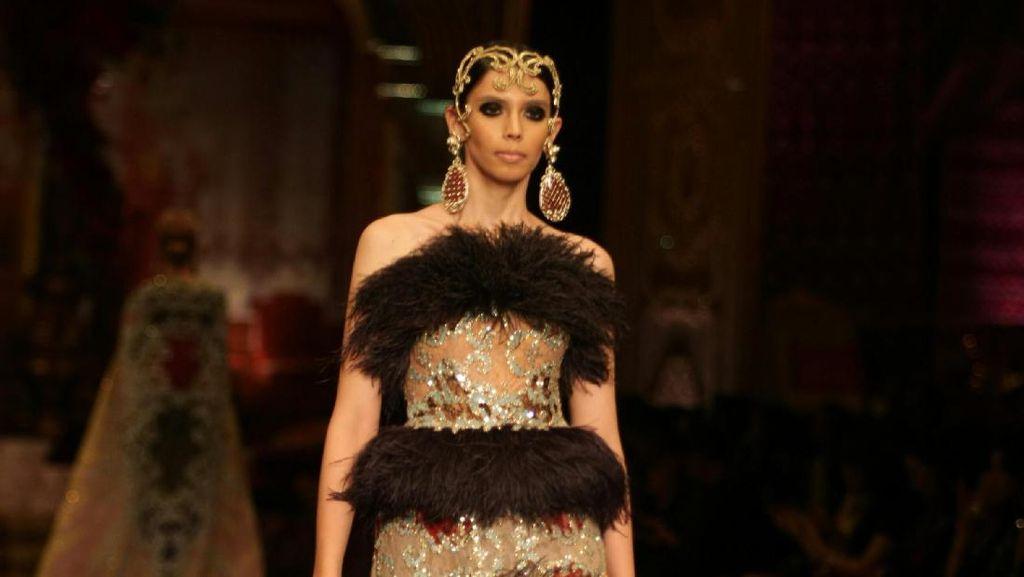 Gaun Glamour nan Eksentrik di Koleksi La Divina Marchesa Sebastian Gunawan