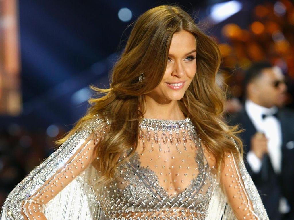Victorias Secret Angel Baru Seksi dengan Lingerie Bertabur 450 Ribu Swarovski