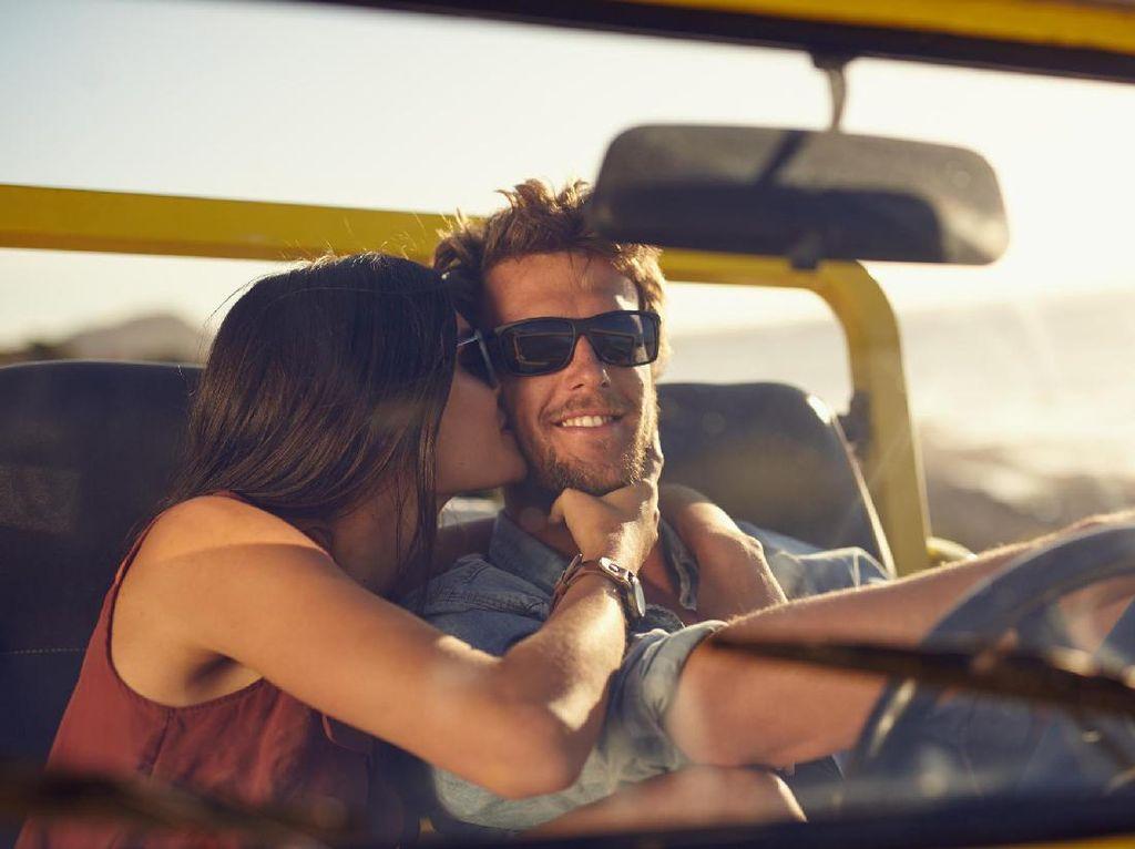 Cie yang Senyum-senyum! 5 Tanda Jatuh Cinta Berdasarkan Sains (1)