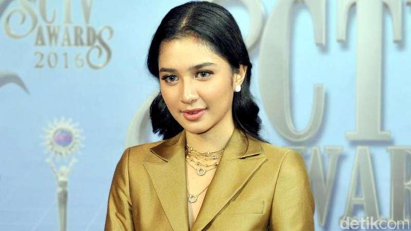 Tampil Boyish, Mikha Tambayong Tetap Cantik