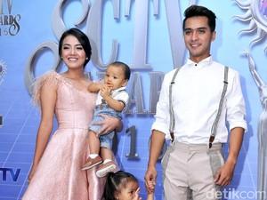 <i>Subhanallah</i>! Istri Ricky Harun Berhijab Sebagai Kado 4 Tahun Pernikahan