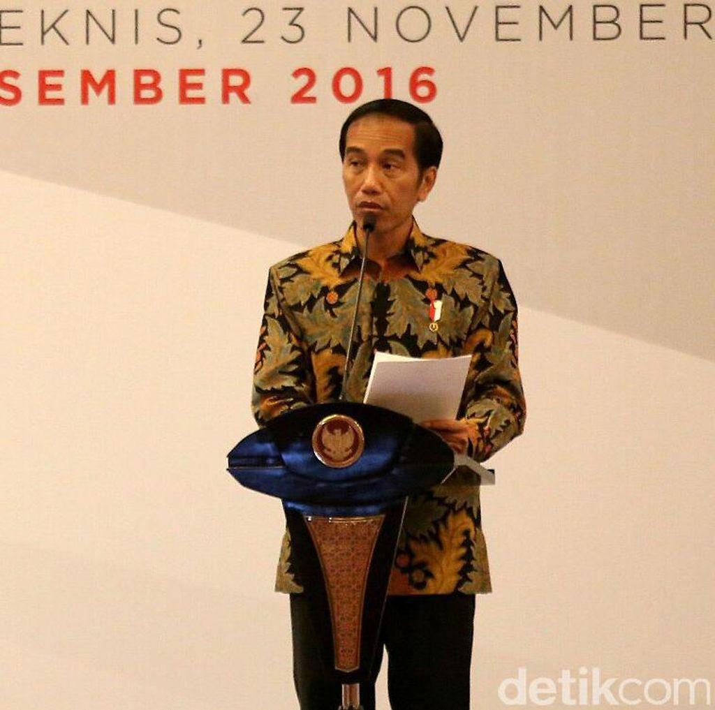 Try Sutrisno Beri Buku Soal Pemantapan Pancasila ke Jokowi