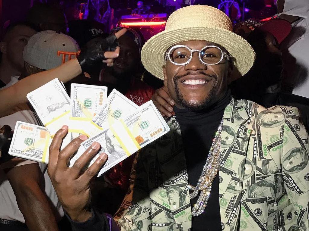 Floyd Mayweather Pamer Cek Senilai Rp 1,35 Triliun