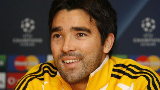 Chelsea's Portuguese footballer Deco attends a press conference ahead of their European Champions League Group A football match against CFR 1907 Cluj-Napoca at Stamford Bridge in London, on December 8, 2008. Luiz Felipe Scolari insists it won't be a disaster if Chelsea fail to qualify for the Champions League knockout stages. Scolari's side need a win over CFR Cluj at Stamford Bridge on Tuesday to guarantee their progress into the last 16 of Europe's top club competition. AFP PHOTO/Ian Kington / AFP PHOTO / IAN KINGTON