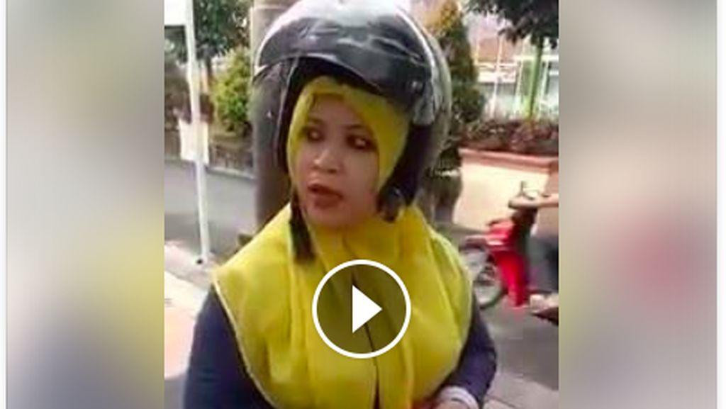 Viral! Video Ibu-ibu yang Protes Akibat Ditilang Pakai Helm Berlabel SNI