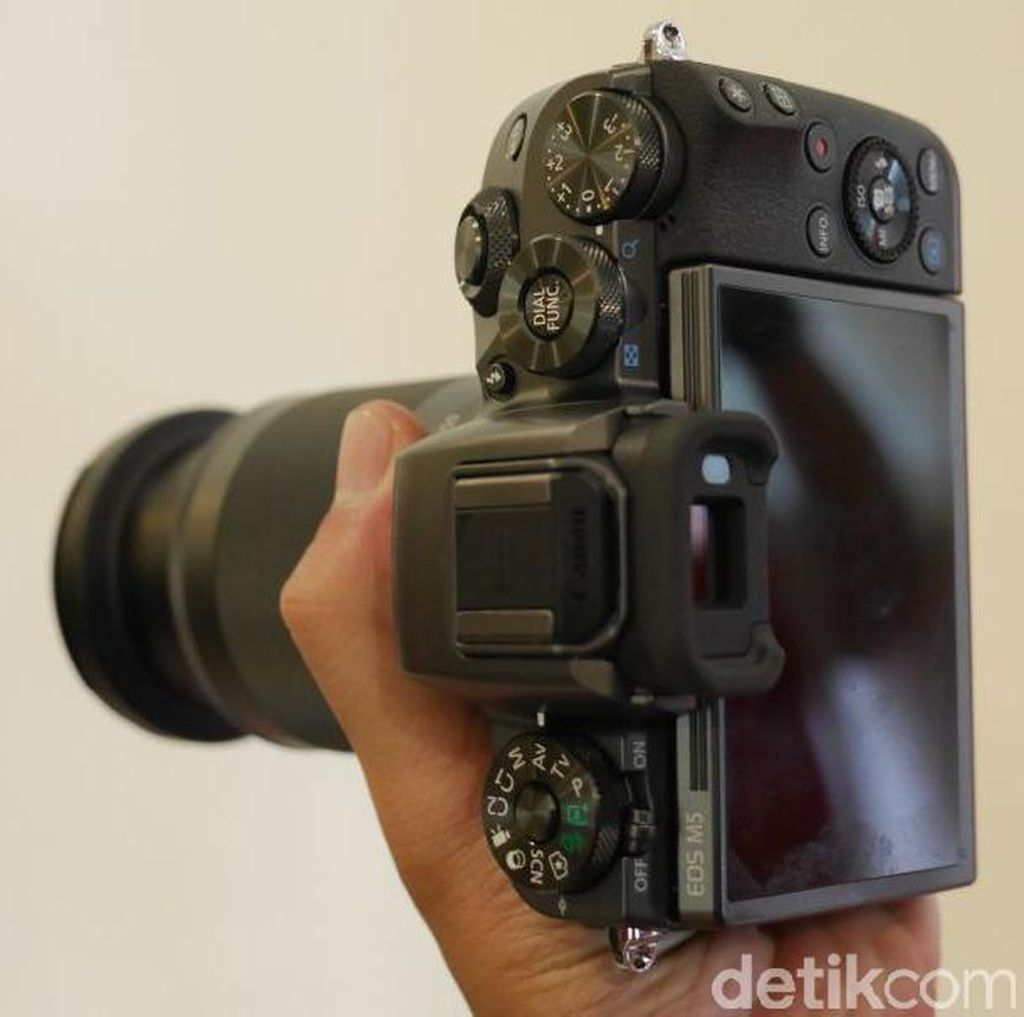 Ada Bunyi Aneh di Lensa Kamera, Normalkah?