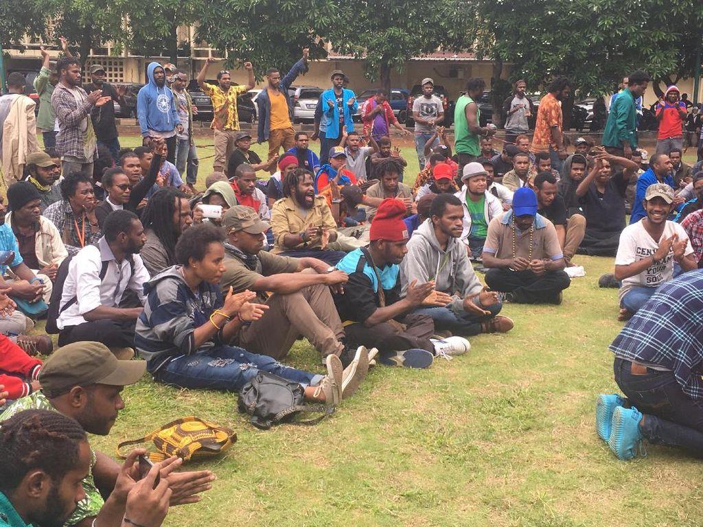 Terobos Barikade Polisi di HI, Ratusan Mahasiswa Papua Dibawa ke Polda