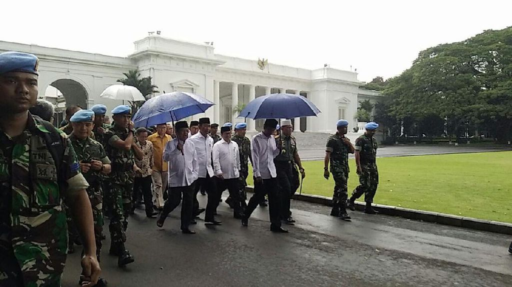 Payung Biru Jokowi Sita Perhatian Netizen