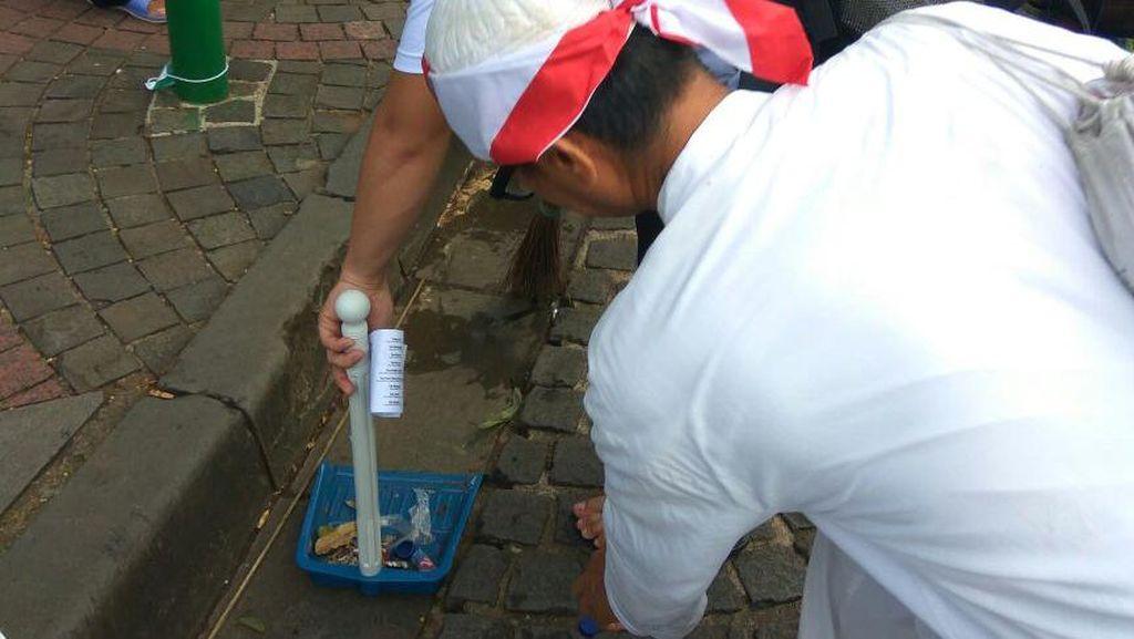 Aksi Bersih-bersih Sampah Mulai Dilakukan di Depan Masjid Istiqlal