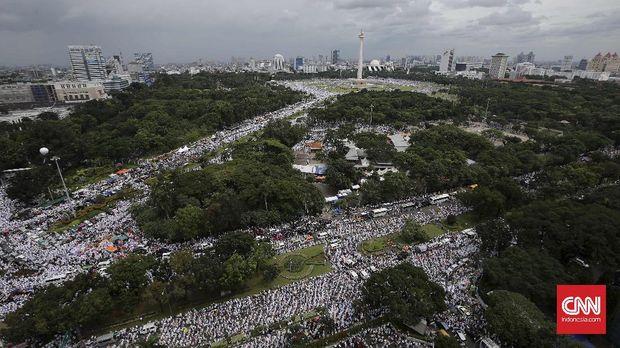 Ratusan ribu umat muslim mengikuti aksi 212 di kawasan Monas dan bundaran patung kuda, Jakarta, 2 Desember 2016.