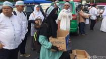 Tak Hanya Nasi Kotak, Relawan Juga Bagikan Kurma ke Peserta Aksi Damai