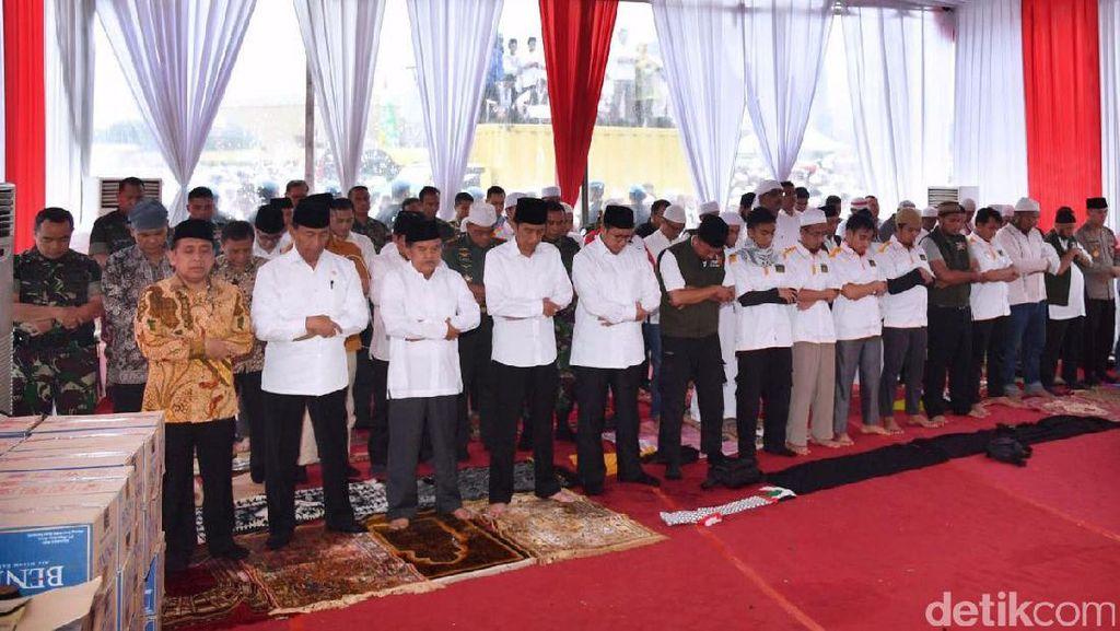 Jokowi Salat Jumat di Monas