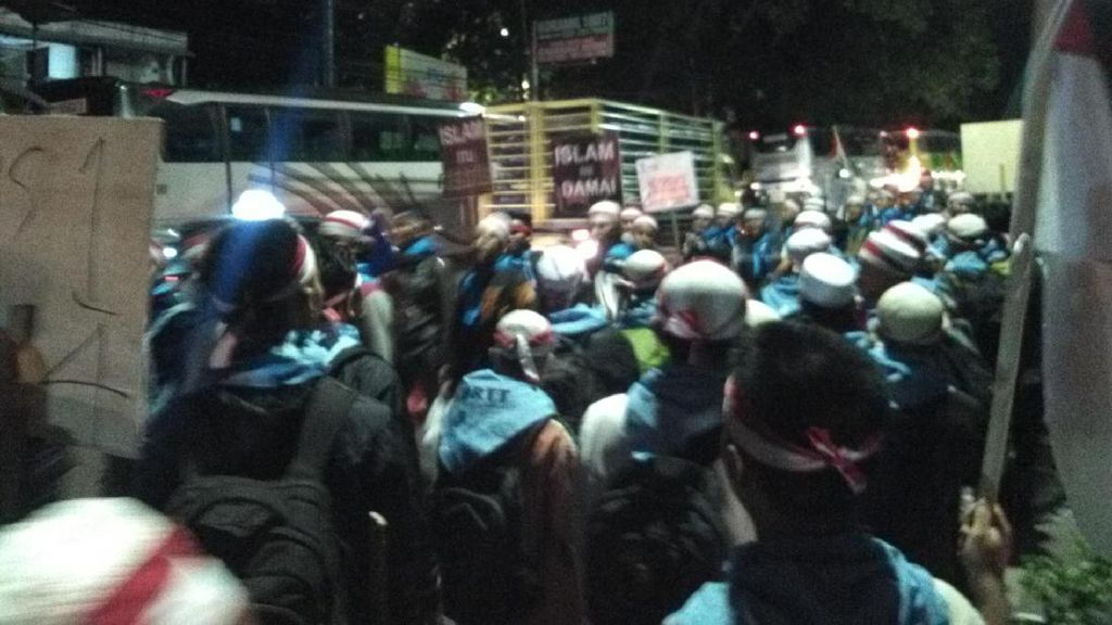 Ratusan Santri Bersih-bersih Aa Gym Terkendala Bus Ikut Aksi 2 Desember