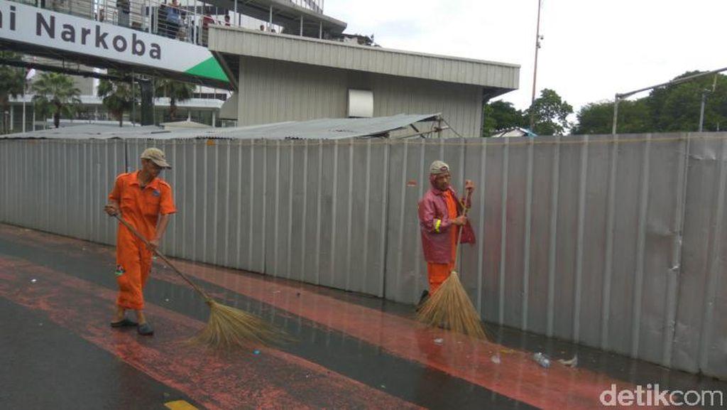 Aksi Pasukan Oranye Berjibaku Bersihkan Sampah di Bundaran HI