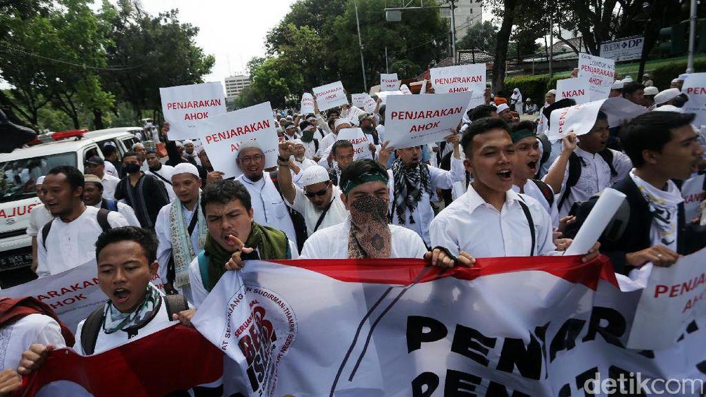 Massa Aksi Damai 2 Desember Padati Jalan Medan Merdeka Selatan