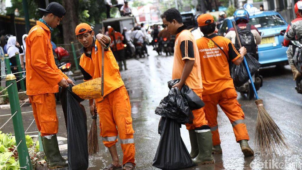 Pasukan Oranye Bersihkan Sampah di Kawasan Monas