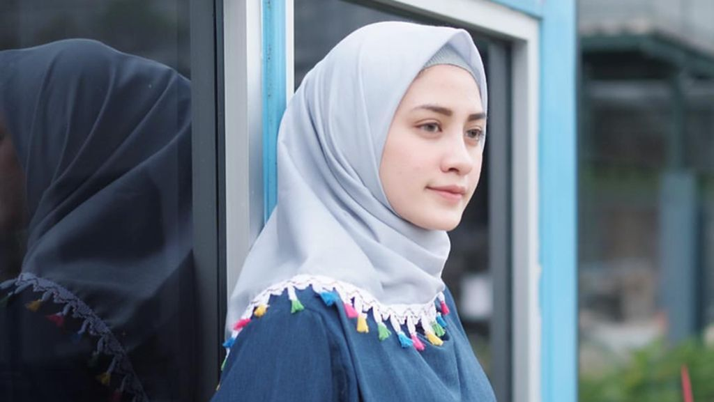 Trend Alert: Jilbab Rumbai yang Dipakai Zaskia Sungkar Hingga Selebgram