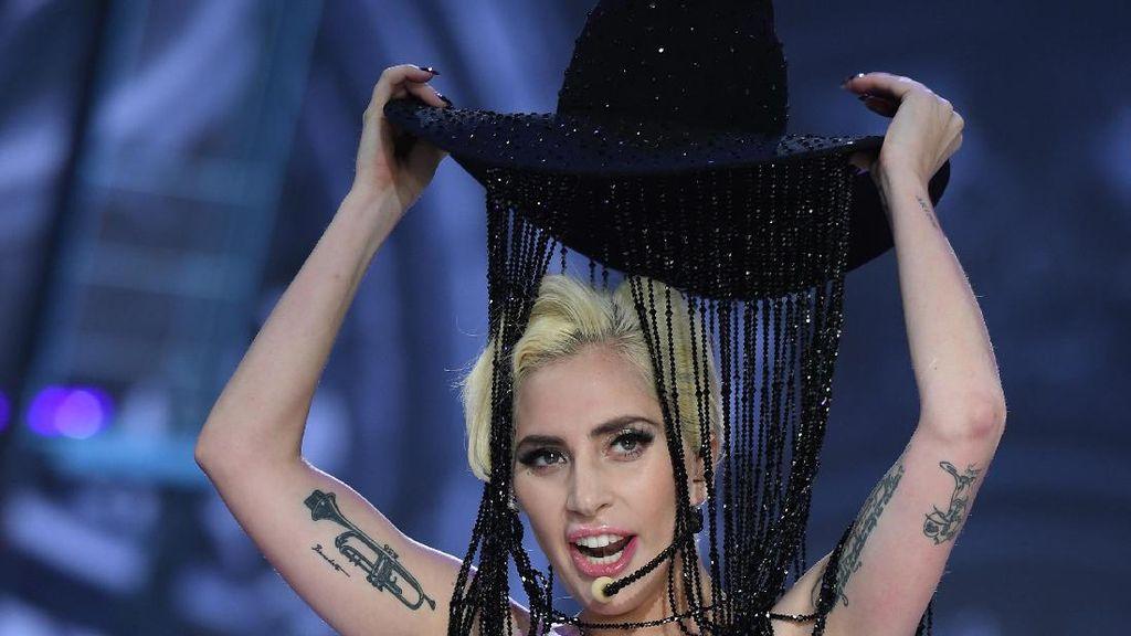 Tampil di Victorias Secret Fashion Show, Lady Gaga Pakai Topi Cowboy Rp 13 M