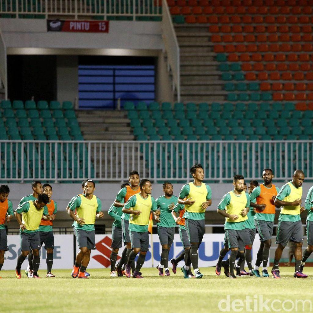 Riedl Puas dengan Kondisi Lapangan Stadion Pakansari