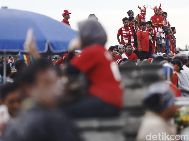 Stadion Pakansari Mulai Memerah.