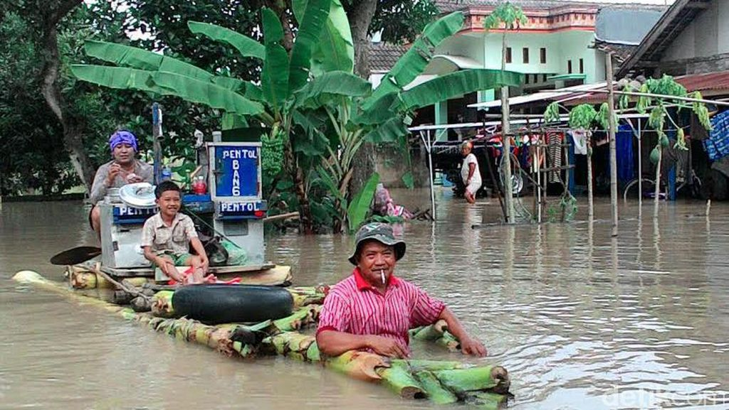 TPU Banjir, Korban Tersengat Listrik di Bojonegoro Dimakamkan di Desa Tetangga