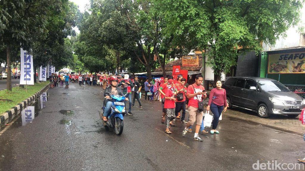 Padat, Jalan Raya Menuju Stadion Pakansari Jadi Tempat Parkir