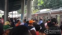 Kena Angin Kencang, Ranting Sempat Tersangkut di KRL Jakarta Kota-Bogor