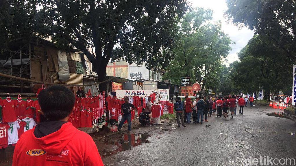 Stadion Pakansari Sudah Ramai Suporter, Juga Pedagang